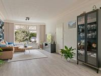 Mooie lichte woonkamer voorzien van een fraaie pvc vloer, schuurwerk wanden en strak plafond. De woonkamer is aan de achterzijde uitgebouwd wat zorgt voor extra leefruimte en een mooi contact met de tuin. <BR>Aan de voorzijde thans de tv- zithoek gesitueerd vanwaar u lekker groen wegkijkt zonder overburen.