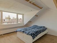 De voorzolder is voorzien van een laminaatvloer en u treft hier de opstelling van de CV-installatie en wasapparatuur. <BR>Door de grote dakkapel is er een plaatje van een 4 slaapkamer ontstaan met een warme houten vloer en een rolluik voor het raam.