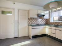 De eetkeuken is voorzien van een hoek opgestelde keukeninrichting met onder andere diverse boven- en onderkasten, een gaskookplaat, een afzuigkap en een koel-vriescombinatie. Vanuit de keuken is er toegang tot een ruime kelder.