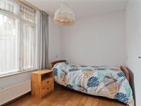Aan de achterzijde bevindt zich een wat kleinere 2e slaapkamer ook met een laminaat vloer en spuitwerk wanden en plafond.