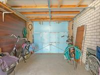 Buiten de woning:<BR>Achter op het perceel is een vrijstaande garage met carport en een eigen achterom aanwezig. Deze zijn bereikbaar via een gemeenschappelijke achterom.