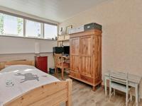 Aan de voorzijde zijn twee mooie kinderslaapkamers gelegen, beide met een laminaat vloer, schuurwerk wanden en een mdf plafond. Een van deze 2 kamers heeft een dakkapel, de ander een zijraam.