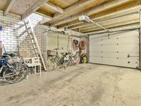 Tevens is de in steen opgetrokken garage / berging vanuit de oprit bereikbaar met een electrische deur en een zijdeur. De garage heeft een betonnen vloer, water en electra en een flinke bergzolder.