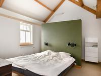 De ouderslaapkamer is voorzien van houten vloer, stucwerk wanden en een plafond met balken in het zicht. Middels een steektrap is de vide / bergruimte boven de slaapkamer bereikbaar.
