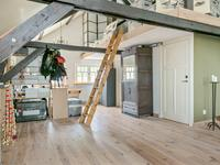 Indeling verdieping:<BR>Grote zolderruimte met de balken in het zicht en extra bergruimte welke middels een steektrap bereikbaar is.<BR>Momenteel is de verdieping voorzien van een goede slaapkamer met een houten vloer en een dakvenster en een volledig betegelde (tweede) badkamer voorzien van 3e toilet, wastafel en douche.<BR>De verdieping is grotendeels nog open waardoor u hier eenvoudig zelf een gewenste inrichting met meerdere kamers kunt realiseren.