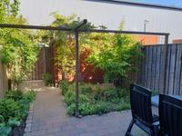 De gezellige achtertuin beschikt over een terras en diverse borders met beplanting. Er is voldoende ruimte voor het plaatsen van een tuinset.<BR>Er is bovendien een poort ten behoeve van een achterom. De houten tuinberging is prima te gebruiken voor bijvoorbeeld het stallen van fietsen.