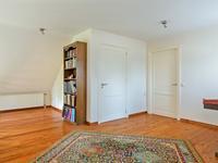 Indeling 1e verdieping:<BR>Mooie en zeer grote vide met een fraaie houten plankenvloer, stucwerk wanden en plafond. Deze ruimte biedt u de mogelijkheid om bijvoorbeeld een werkhoek te creëren. <BR><BR>Op de eerste verdieping zijn twee royale slaapkamers gesitueerd. Deze kamers bieden zoveel ruimte dat er gemakkelijk 4 royale slaapkamers van te maken zijn. Beide zijn afgewerkt met een houten vloer, stucwerk wanden en een mooie hoogte werking in de kap. <BR><BR>Slaapkamer 1 is voorzien van een raam aan de voorzijde en twee dakvensters. <BR>Slaapkamer 2 biedt middels een losse trap toegang tot een zoldertje.<BR><BR>Geheel betegelde 2e badkamer met 3e toilet, wastafel, douche en mechanische ventilatie.