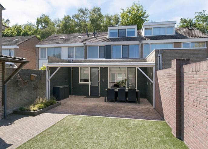 Algemeen:<BR>* Woning ligt aan een verkeersarme straat nabij basisschool De Leilinde en het centrum.<BR>* Gasgestookte c.v.-ketel (Nefit HR) en warmwatervoorziening middels boiler (bouwjaar 2001).<BR>* De zinken goten en afvoeren zijn in 2004 vernieuwd.<BR>* Woning is geheel voorzien van kunststof kozijnen (m.u.v. de deuren) met HR++ beglazing.<BR>* Woning is voorzien van muurisolatie. <BR><BR>* SAMENGEVAT: EEN VERRASSEND RUIME WONING MET DIEPE TUIN EN 3 GROTE SLAAPKAMERS.<BR><BR>* Tot zekerheid voor de nakoming van de verplichtingen van koper zal koper een bankgarantie of waarborgsom storten in handen van de notaris (deze bedraagt 10 % van de koopsom).