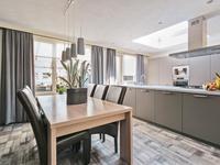De keuken is in 2015 vernieuwd en voorzien van een groot werkeiland, volop kastruimte en lades, een koelkast, vaatwasser, gaskookplaat en een afzuigkap. De lichtkoepel verzorgd de lichtinval boven uw grote werkblad.