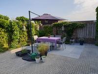 De vrij gelegen, gezellige achtertuin is voorzien van bestrating, borders en een achterom. Er zijn geen directe achterburen.
