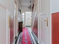 In de hal treft u de meterkast, trapopgang naar de verdieping, de deur naar de kelder en de toegang tot de woonkamer en keuken.