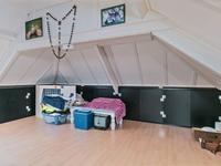 2e Verdieping: <BR>Ruime bergzolder met dakraam en een parketvloer, waar eenvoudig een grote slaapkamer gemaakt kan worden.
