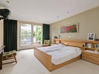 Vanuit de woonkamer zijn de 3 (slaap-)kamers bereikbaar.<BR>De royale ouderslaapkamer is voorzien van vloerbedekking en vloerverwarming, schuifpui naar de patiotuin en deur naar praktische bergkast met aansluitend nog een berging.