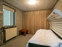 De 2e kamer is momenteel in gebruik als logeerkamer en voorzien van vloerbedekking en metselwerk wanden.