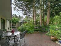 Buiten de woning:<BR>Zeer fraai aangelegde tuin rondom de woning voorzien van een vrijstaande houten berging, gazon, sierbestrating, volwassen beplanting en terras.