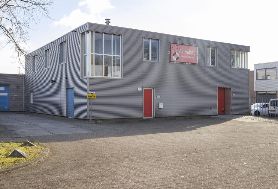 Bedrijfshal met kantoor op de Steiger te Almere-Haven