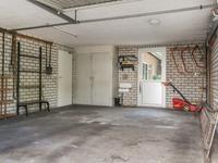 Via een portaal is er toegang tot de kelder, garage en keuken.<BR>In de dubbele garage is een wateraansluiting, een kast en een radiator aanwezig. Toegang middels twee kanteldeuren en een loopdeur aan de achterzijde.