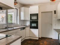 De dichte keuken met toegang tot de woonkamer heeft een grote raampartij met uitzicht op de mooie tuin en is uitgevoerd met twee wandopstellingen. De apparatuur bestaat uit een combi-magnetron, oven, 2-pits gaskookplaat, inductiekookplaat, afzuigkap, vaatwasser en een koelkast. Verder is er diverse kastruimte aanwezig.
