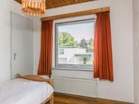 Slaapkamer met wastafel en inbouwkast.