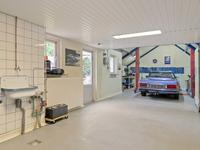 Buiten de woning:<BR>Middels de oprit bereikt u de extra diepe inpandig te bereiken garage welke is voorzien van een gietvloer en ideaal is voor de hobbyist. <BR>Mooi aangelegde achtertuin met sierbestrating, beplanting en een achterom aan de zijkant.