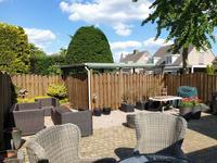 Buiten:<BR><BR>Aan de voorkant bevindt zich een onderhoudsarme tuin.<BR><BR>Verzorgd aangelegde achtertuin met terras. Achterom door middel van poort. De tuin is omheind met een houten schutting. Via de zijkant is er toegang tot de achtergelegen carport.