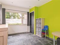 Vanuit de keuken is ook de extra (speel-)kamer bereikbaar met dezelfde vloer met vloerverwarming en inbouwspots in het plafond.