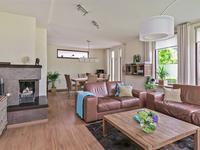 De ruime L- vormige woonkamer heeft een nieuwe geïsoleerde begane grond vloer welke is bedekt met laminaat.<BR>De wanden en het plafond zijn gestuukt.