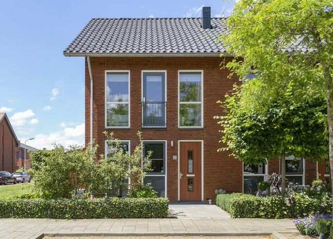 Opper Van Treurenstraat 15 in Heinenoord 3274 ND