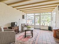 Er is volop ruimte voor het plaatsen van een grote eethoek en aan de achterzijde van de woonkamer heeft u een heerlijk uitzicht over de tuin. Via een tuindeur is de achtertuin bereikbaar.