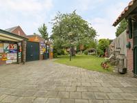 Buiten:<BR><BR>Aan de zijkant van de woning is een gedeelde oprit met een eigen achterom. Via een brede poort is er toegang tot een fraai aangelegde achtertuin met garage, een tuinhuis en berging. Verder is de tuin voorzien van gras, bestrating, overkapping, vijverpartij, beregeningsinstallatie en diverse beplanting waaronder een kersenboom.