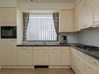 De dichte keuken is gesitueerd aan de zijkant van het huis.<BR>Er is een in een hoek opgestelde inrichting welke beschikt over een granieten aanrechtblad, ruimschoots kastjes, een gaskookplaat met afzuigkap, een combi-oven, een koelkast en een close-in boiler.