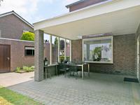 Buiten:<BR><BR>Pluspunt van het huis is het heerlijke overdekte terras: deels voorzien van een glazen afscheiding waardoor er vanaf vroeg in het jaar tot laat in het seizoen uit de wind kan worden genoten van de zon.