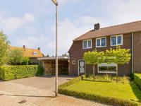Begane grond:<BR><BR>Een verzorgde voortuin met aansluitend een brede oprit, die toegang biedt tot de entree van het huis.