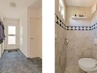 De hal, met trapopgang naar de eerste verdieping, is ruim van opzet en heeft aangrenzend een verzorgd toilet (met vrijhangend closet) en de meterkast.