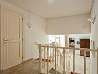 1e Verdieping;<BR><BR>Via trapopgang met enkele treden naar overloop met toegang naar 4 slaapkamers en 2 badkamers;