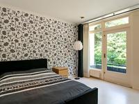 Slaapkamer 2 van ca. 12 m2 met laminaatvloer en via deur naar het balkon aan de voorzijde;