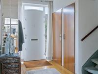 Indeling begane grond:<BR>Ruim opgezette hal met een mooie houten vloer, stucwerk wanden en plafond, garderobehoek, meterkast, praktische inbouwkast en open trapopgang naar de verdieping. Geheel betegeld toilet met fonteintje.