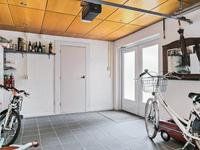 De garage is verdeeld in meerdere ruimtes.