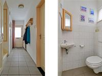 Indeling begane grond:<BR>Hal met lichte tegelvloer, stucwerk wanden en plafond, kelderkast en toegang tot deels betegeld toilet met fonteintje.