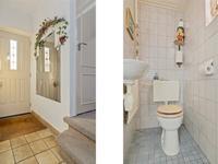 De hal is voorzien van plavuizen en biedt ruimte aan de meterkast, geheel betegeld toilet (met fonteintje) en de trapopgang naar de eerste verdieping.