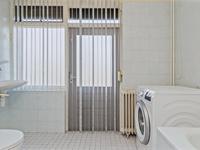 Verder is er op de eerste verdieping een geheel betegelde badkamer met toegang tot een ruim balkon.<BR>Deze beschikt over een ligbad, een closet en een wastafel. Tevens is hier een aansluiting voor de wasapparatuur.