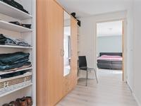 1e Verdieping: <BR>Overloop met laminaatvloer. De 4 slaapkamers zijn voorzien van schuurwerk wanden en een gestuukt plafond. De ouderslaapkamer betreed je via de walk-in closet. Daar is ook een deur met trap naar de tweede verdieping.
