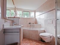 Geheel betegelde badkamer voorzien van een dakkapel waardoor er extra veel loopruimte en lichtinval is gecreëerd. De badkamer is voorzien van een 2e toilet, wastafelcombinatie, douche en ligbad. <BR><BR>Indeling 2e verdieping <BR>Middels een vlizotrap komt u op de 2e verdieping met een houten zoldervloer. Hier is c.v. installatie opgesteld en heeft u extra bergruimte.