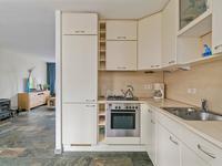 Aansluitend aan de woonkamer bevindt zich de ruime, open keuken waarvan een deel bijgeplaatst in 2011. De hoekopstelling is voorzien van gaskookplaat, oven, afzuigkap, vaatwasser, koelkast en diepvries. De apparatuur is gedeeltelijk vernieuwd in 2019 met een extra klasse vaatwasser en nieuwe A+++ koelkast.