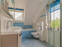 De badkamer is in 2011 geheel vernieuwd en voorzien van vloerverwarming, design radiator, 2e toilet, inloop douche van Huppe, grote dubbele wastafelmeubel van Detremmerie en ruim ligbad. De badkamer beschikt over een dakkapel en een gevelraam waardoor er voldoende lichtinval en ventilatie is.<BR><BR>Indeling 2e verdieping:<BR><BR>Via een vaste trap is er toegang tot de ruime voorzolder met volop bergruimte. Hier bevindt zich een 2e aansluiting voor de wasmachine en de cv-installatie (Atag topklasse CW5 2014).