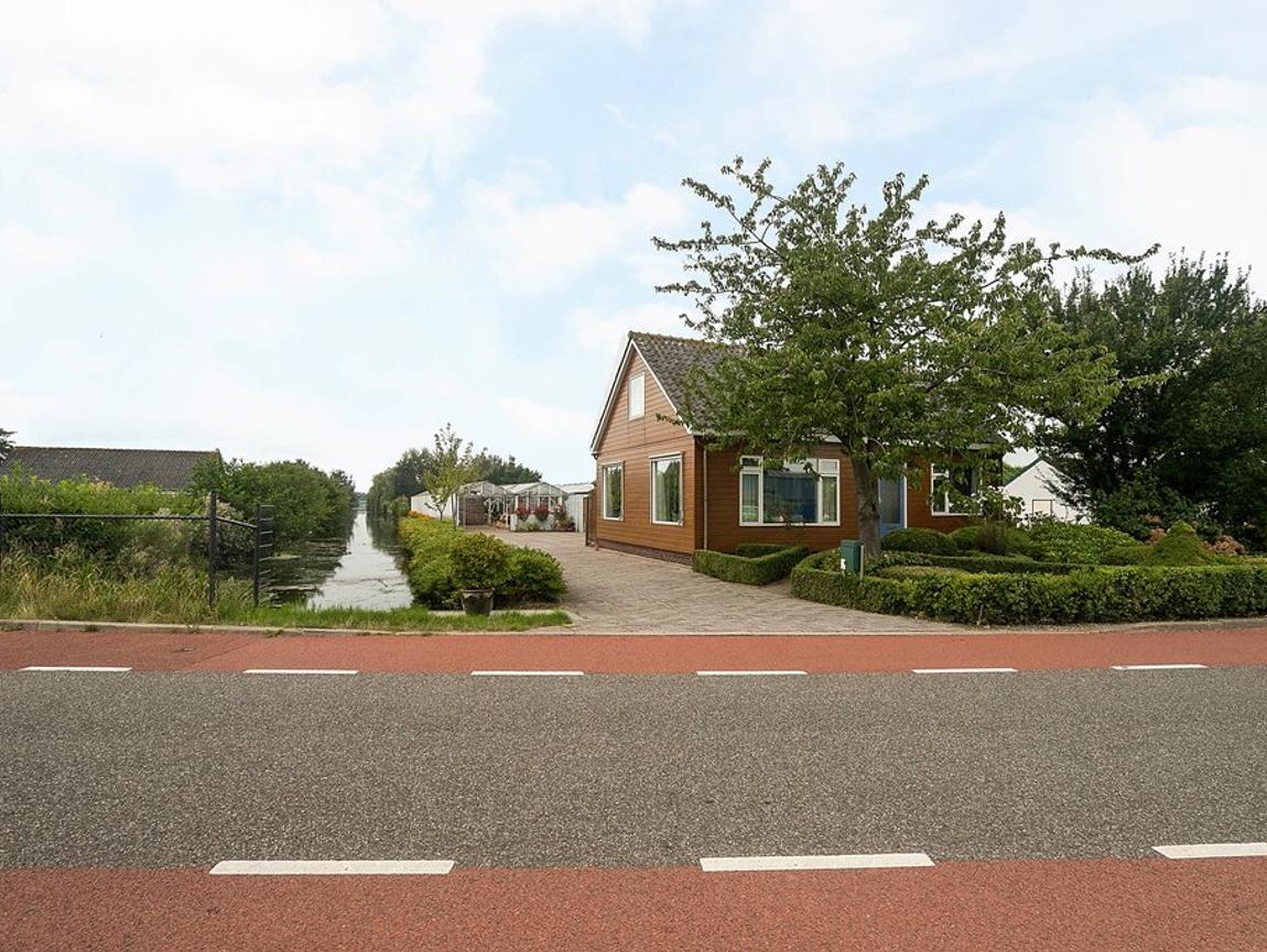 Floraweg 120 in Roelofarendsveen 2371 AR