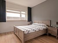 Indeling 1e verdieping:<BR>Overloop met laminaatvloer, praktische inbouwkast en separaat toilet.<BR>Op de verdieping zijn 3 mooie slaapkamers gesitueerd.