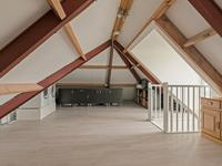 Indeling 2e verdieping:<BR>Via vaste trap bereikbare zolder met laminaatvloer. Hier is ook de aansluiting voor de wasmachine en droger. <BR>Er is een mogelijkheid om hier een vierde slaapkamer te creëren.