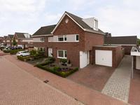 Buiten de woning:<BR>Middels de oprit bereikt u de aangebouwde, in spouw gebouwde, garage met plat dak.