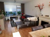 De lichte woonkamer is voorzien van een laminaatvloer, granol wanden en een stucwerk plafond. Er is voldoende plaats voor een fijne zithoek en een grote eethoek.
